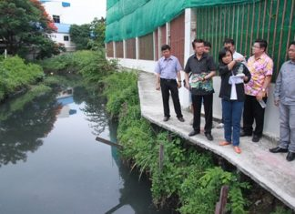 Banglamung District Chief Sakchai Taengho (2nd left) and Pattaya Deputy Mayor Verawat Khakhay (2nd right), along with local officials, inspect the troublesome South Pattaya drainage canal, pointing out trouble spots. With parts of the canal intentionally blocked for personal gain, South Pattaya often floods during heavy rainfall. For the 4th straight year, officials are once again threatening to cite offenders and remove encroaching structures. Doubts remain whilst South Pattaya continues to flood.