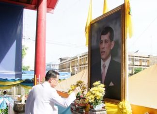 Deputy Gov. Pongsak Preechawit bows in respect to HRH Crown Prince Maha Vajiralongkorn on his 61st birthday.