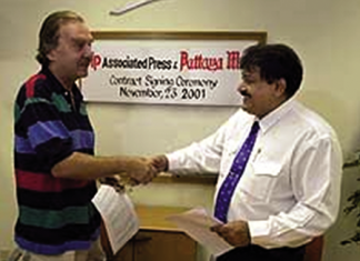Denis D. Gray, Chief of Bureau, Associated Press, Bangkok (left) and Pattaya Mail Managing Director Peter Malhotra sign an agreement, making Pattaya Mail the first newspaper in Thailand outside of Bangkok to join the AP family.