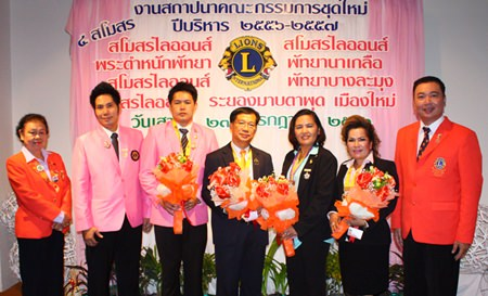 Dr. Torpong Putthabucha PhD (right), president of Lions Bangkok Ratchanakhrin 310 C, and members present flowers to the 4 new presidents, Navin Khakahy (3rd left) from Pratamnak Pattaya, Jakraphan Pinthanon (center) from Naklua Pattaya, Darunee Weeraphan (3rd right), president of Rayong Maptaput Muang Mai, and Sasithorn Klitiang (2nd right) from Pattaya Banglamung.