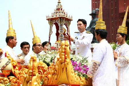 Mayor Itthiphol Kunplome begins the sacred Buddha relic procession.