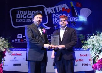 Chonburi PAO President Wittaya Kunplome (left) presents a plaque thanking Pattaya Mail Media Group Deputy Managing Director and Skål International Pattaya & East Thailand President Tony Malhotra (right) for sponsoring the Pattaya Food & Hoteliers Expo '13.