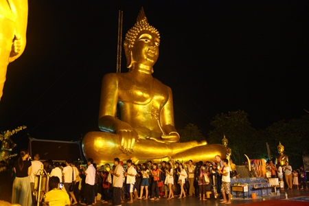 At Wat Khao Phra Yai, citizens and tourists perform the Wien Thien ceremony around Luang Pho Yim.