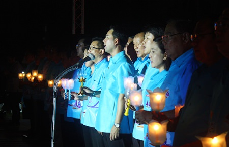Mayor Itthiphol Kunplome (center) leads citizens in singing the national anthem on Mother's Day.