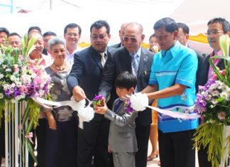 Chao Jiramongkol (center) and family, along with Chonburi Permanent Secretary Chaowalit Saeng-Uthai (2nd from right), cut the ribbon to open the new Chao Jiramongkol building at Banglamung Hospital.