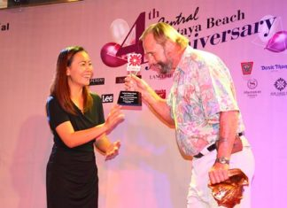 Gerry Rasmus (right) was awarded with Pattaya's Greatest Expat Contributor 2013 for his work on Pattaya environmental issues over the past seven years.