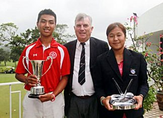 Thailand's Chayanit Wangmahaporn (right) and Lucas Lam (left) hold their trophies as they pose for a photo with Hong Kong Golf Association Chief Executive Iain Valentine. (Photo courtesy HKGolfer/Daniel Wong)