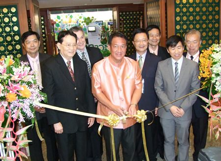 Finance Minister / Deputy Prime Minister Kittiratt Na Ranong (center) cuts the ribbon to officially open the IUHPE meeting in Pattaya.
