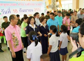 Gov. Khomsan Ekachai (left) leads Chonburi officials in an outreach program during a mobile-service fair in Sriracha.