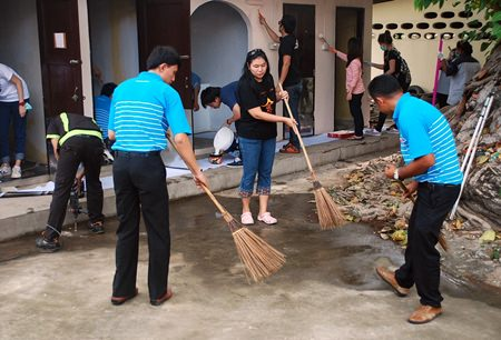 Central Festival Pattaya Beach, the Provincial Waterworks Authority, and Nongprue residents are hard at work renovating toilets and beautifying the landscape at Suttawas Temple.