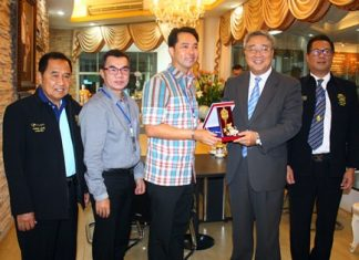 Mayor Itthiphol Kunplome (center) presents the key to Pattaya City to Jeon Jae Man, South Korea's ambassador to Thailand.