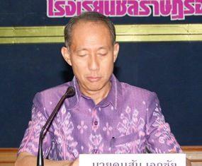 "Chonburi Gov. Khomsan Ekachai launches the ""One School, One Police Officer"" program at Cholrasadorn Aumrung School in Chonburi."