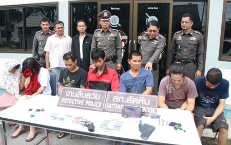 "Sattahip police arrested seven people, including suspected drug kingpin Bunruan ""Nok Bonkai"" Nanthisree (3rd right) and seized 2,400 methamphetamine tablets in Sattahip."