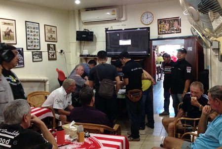 Pattaya Police and Department of Special Investigations officers raid The Members Lounge on Soi Buakaow, arresting 22 for illegal off track betting.