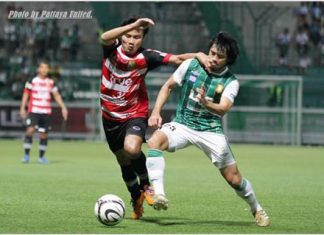 Pattaya United's Kriangkhai Pimrat (left) battles for the ball with Bangkok Glass midfielder Peerapong Pichitchotirat during their Thai Premier League fixture at the Leo Stadium in Bangkok, Saturday, Sept. 14. (Photo courtesy Pattaya United FC)