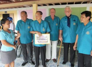 A school teacher (left) thanks Rotarians for their generous donation. (2nd l-r) Praphand Thinnarong, PDG Jin Srikasikorn, VP Don Maclachlan, William Hurndell and PP Prasit Jariyapongsakul.