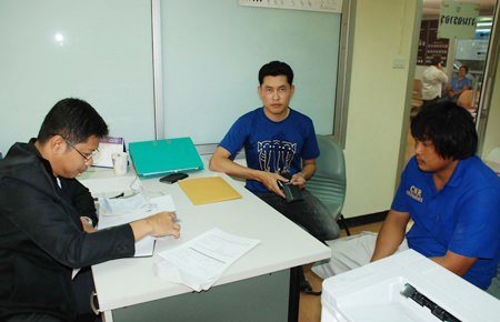 Samrid Chinnarach (center) reports to police that his employee Chonchit Lakornpol (right) had been steeling his tires.