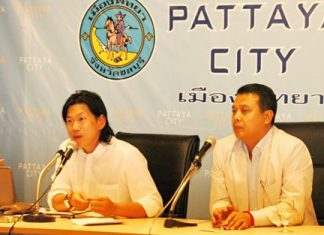 Pongthep Leungsuwan (left), representing the Gift of Sight Foundation in Thailand, and Bandit Siritanyong (right), vice president of the Thai-Chinese Cultural and Economic Association, announce the upcoming eyeglasses donation.