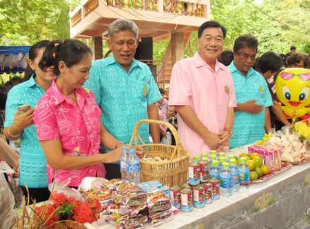 Sattahip Mayor Phawat Lertmukda (2nd right) leads Sattahip citizens to make merit during Auk Pansaa.