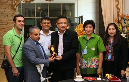 Deputy Mayor Wutisak Rermkitkarn (center) presents Tulgay Hasar with a ceremonial key to Pattaya City.