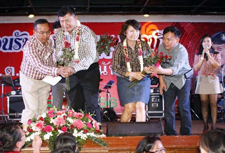 Lt. Gen. Kawee Suphanant and his wife are presented flowers to welcome them to Pattaya.