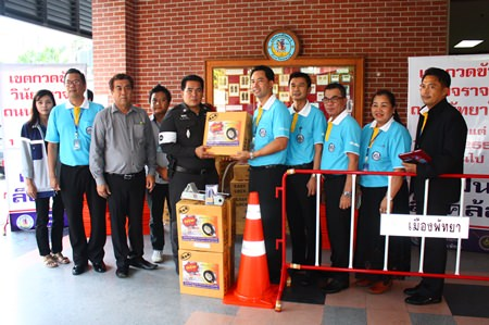 Mayor Itthiphol Kunplome (5th right) and Pakorn Sukhonthachat (4th right) present new equipment to traffic police inspector, Maj. Sanchai Thinwongdang.