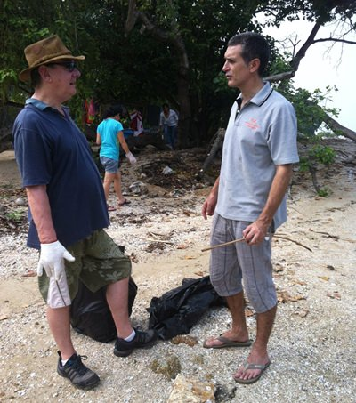 Paul Rogers (with hat) talking to Lecturer Wayne Phillips from Mahidol University in Bangkok regarding their survey of the beach.