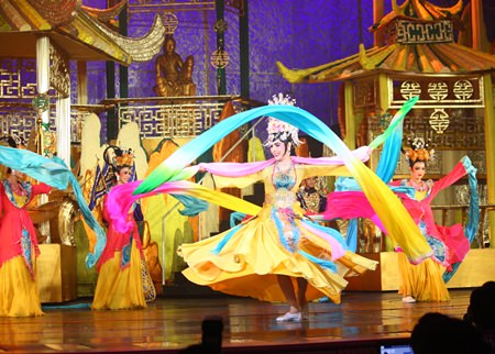 Another magnificent show highlighting Chinese tradition receives loud applause from spectators.