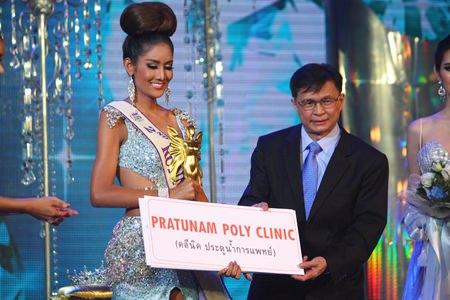 Netnapada Kanlayanon (left), accepts the 2nd runner-up award.