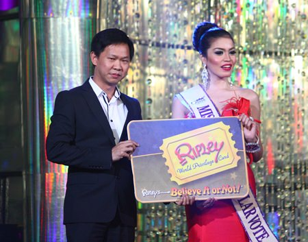 Somporn Naksuetrong (left), Vice President of the Royal Garden Plaza and Entertainment, presents Miss Ripley's Popular Vote to Anne Patricia Lee from Singapore.