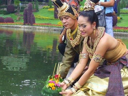 Actors portraying Nang Noppamas and her lover float their krathong on this most romantic day. (Photo courtesy Nong Nooch Tropical Garden)