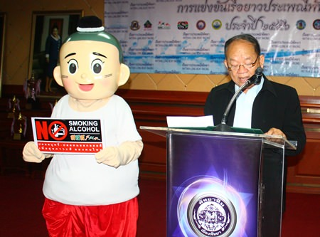 Nongprue Municipal Mayor Mai Chaiyanit, who is also president of the Pattaya Long Boat Racing Center, announces the details for this weekend's Pattaya Long Boat Races.
