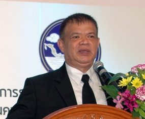Chonburi Tourism and Sports Department Director Thanthip Meelaksana lectures tourism-industry entrepreneurs about the importance of tourism to the city and the damage that this year's string of fatal accidents is having on Pattaya revenues.