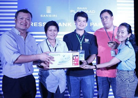 Uthai Uthaisangsuk (left) hands out prizes to winners in the lucky draw.