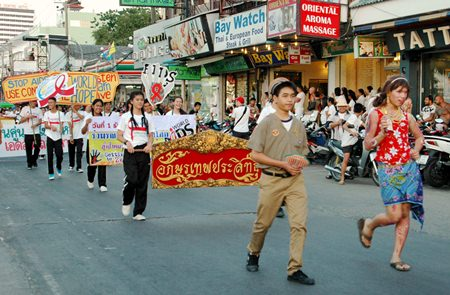 Students from Pattaya and Banglamung show up in force at the parade, holding signs announcing the campaign.