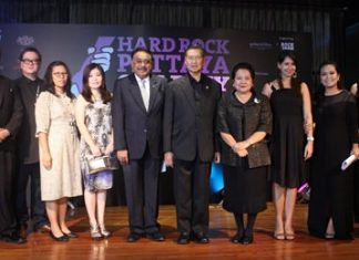 Tony Malhotra (left), Deputy MD of Pattaya Mail Media Group; Jorge Carlos Smith (2nd left), GM of Hard Rock Hotel Pattaya; Peter Malhotra (5th left), MD of the Pattaya Mail Media Group; General Kanit Permsub, Deputy Chief Aide-De-Camp and General to His Majesty the King (5th right) and Thanpuying Busyarat Permsub (4th right), take to the stage for a commemorative photo.