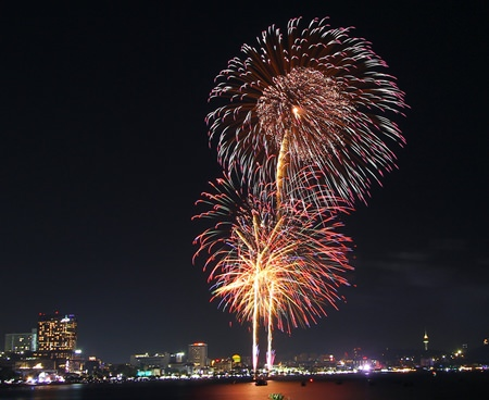 The night sky over Pattaya Bay, from the Dusit peninsula to Bali Hai, was brightened by amazingly brilliant fireworks last weekend, when teams from 4 countries put on a colorful show for the annual Pattaya International Fireworks Festival.