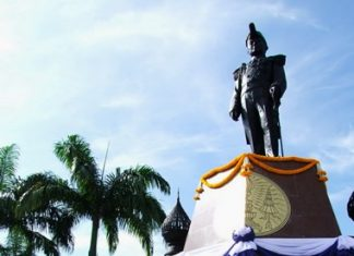 Navy and representatives of the public and private sectors lay wreaths at the new statue honoring King Rama VI.
