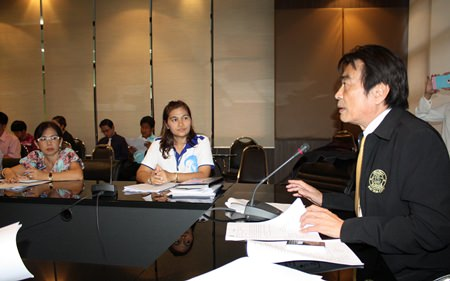 Deputy Mayor Ronakit Ekasingh (right) chairs the first meeting of Pattaya's anti-drug campaign for 2014.