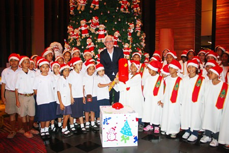 Brendan Daly, GM of the Amari Orchid Pattaya, joins children from Ban Tung Klom School (left) and from the Pattaya Orphanage (right) to light the giant Christmas tree at the Ocean Tower Lobby.