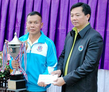 A representative from the Yiuttanakanawa team of Chonburi (left) accepts HRH Princess Maha CHakri Sirindhorn cup from Wittaya Kunplome, President of Chonburi PAO.