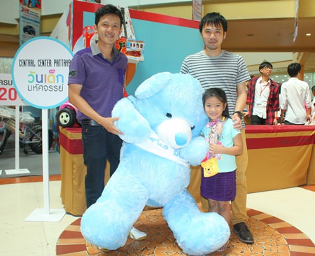 GM Sayan Nakboon (left) and Marketing Manager Kamphol Sirisomboonlarp (right), both representing Central Pattana, present a giant teddy bear to a lucky winner at Central Center Pattaya.