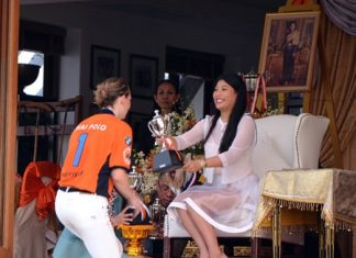 Caroline Link receives the championship HRH Princess Maha Chakri Sirindhorn Cup from HRH Princess Sirivannavari Nariratana.