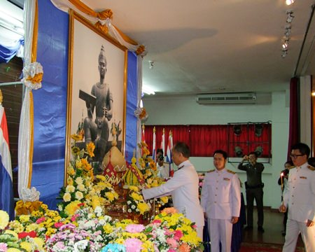 Gov. Khomsan Ekachai leads government officials and the public in paying homage to King Ramkhamhaeng.