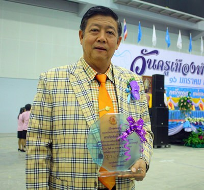 Pattaya School No. 11 Principal Jirasak Jitsom proudly displays his Principal of the Year award.