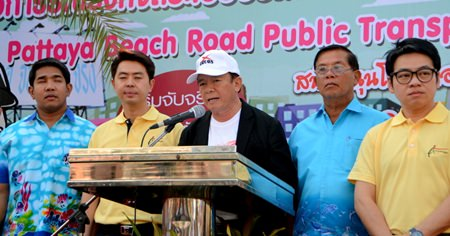 Banglamung District Chief Sakchai Taengho reaffirms the commitment of public officials to the Beach Road bus-stop system and traffic crackdown.