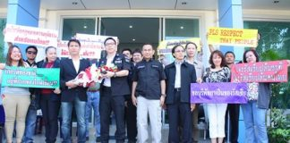 Pattaya Tour Guide Club president, Krittidet Suttichotipunya (3rd left, with flowers), along with a group of tour guides, file a complaint with DSI Deputy Director-General Phermphun Phungprasit (4th left), and DSI Eastern Operation Center Director Prawit Chaibuadaeng (5th left), regarding illegal foreign tour guides.