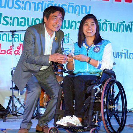 Ronakit Ekasingh, deputy mayor of Pattaya city (left), presents the Outstanding Sportsperson award to badminton player Sujirat Pukkhum.