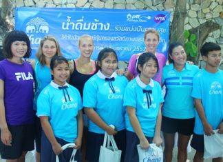 The children are excited to meet international tennis stars (from left) Chia-Jung Chuang from Chinese Taipei, Olga Savchuk from Ukraine, Valeria Solovyeva from Russia, Paula Kania from Poland and Thailand's own Tammy Tanasugarn.
