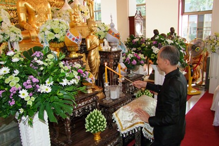 Chonburi Gov. Khomsan Ekachai lights candles and incense to mark 100 days since the passing of the Supreme Patriarch.
